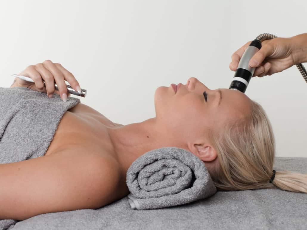 Cliente bénéficiant d'un traitement de Photobiomodulation BODYdharma sur le front